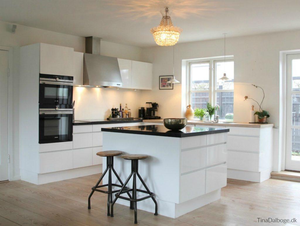 køkkenrenovering hvidt grebsløst køkken